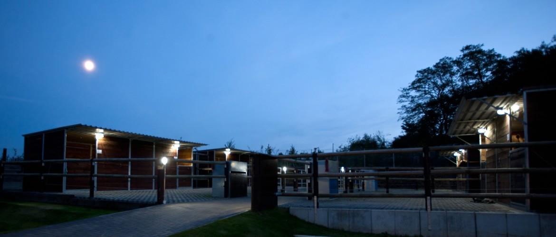 Ansicht des Hofs bei Nacht mit Beleuchtung, Foto: Cornelia Meyer-Sattler